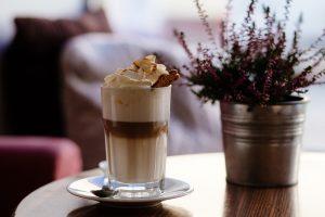 tazza di crema al caffè fredda con biscotto
