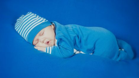 bambino-piccolo-dorme
