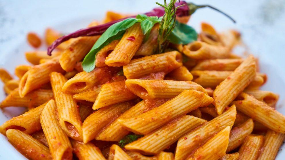piatto di pasta al pomodoro e peperone