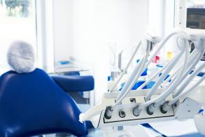 Interno dello studio dentistico di Amicodentista a Caronno Pertusella: dettaglio degli strumenti di lavoro con in lontananza la poltrona per la seduta del paziente