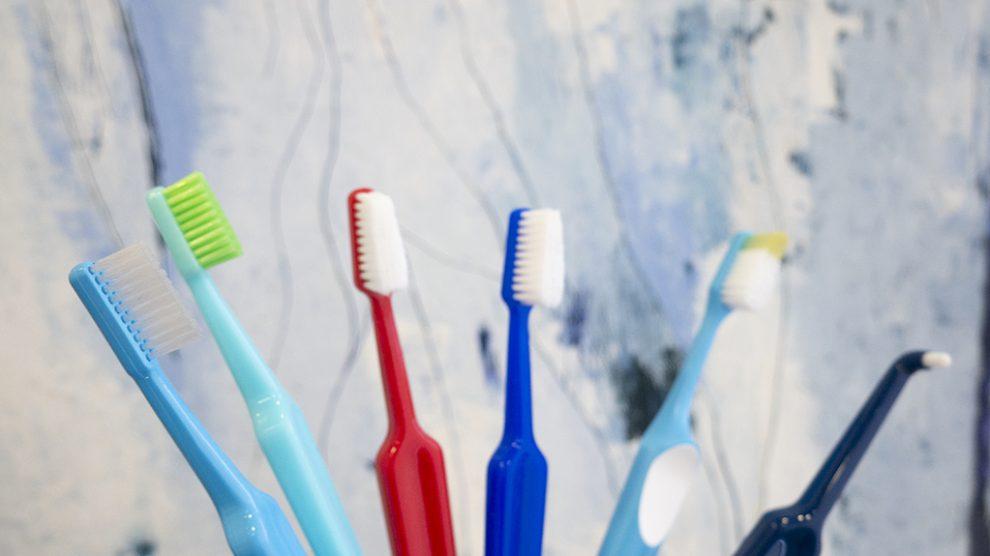 Spazzolini da denti con diverse testine e setole