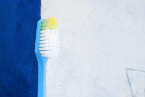 Uno spazzolino da denti su sfondo neutro