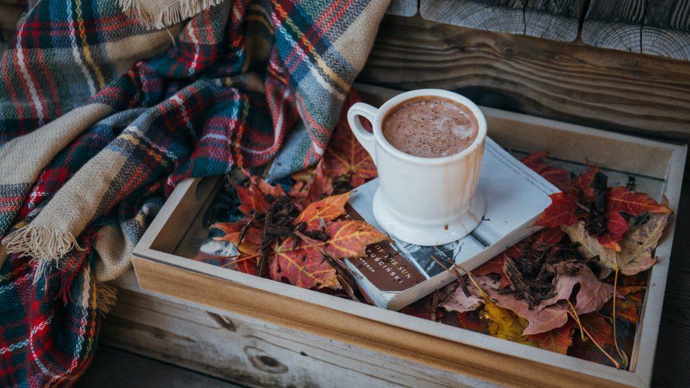 una tazza di cioccolata poggiata su un vassoio di legno