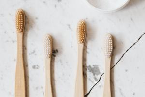 quattro spazzolini da denti posti uno a fianco all'altro