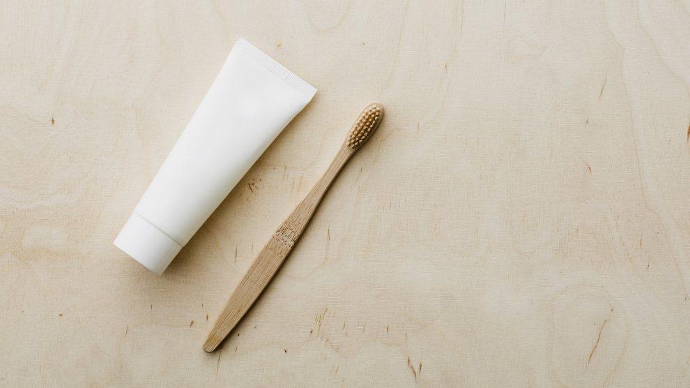 Un dentifricio e uno spazzolino da denti