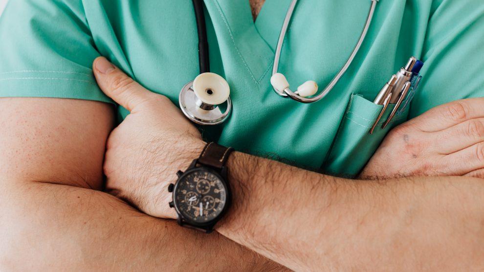 Un medico che incrocia le braccia
