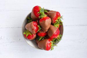 Una ciotolina piena di fragole al cioccolato