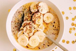Una ciotola ripresa dall'alto e colma co yogurt e banane