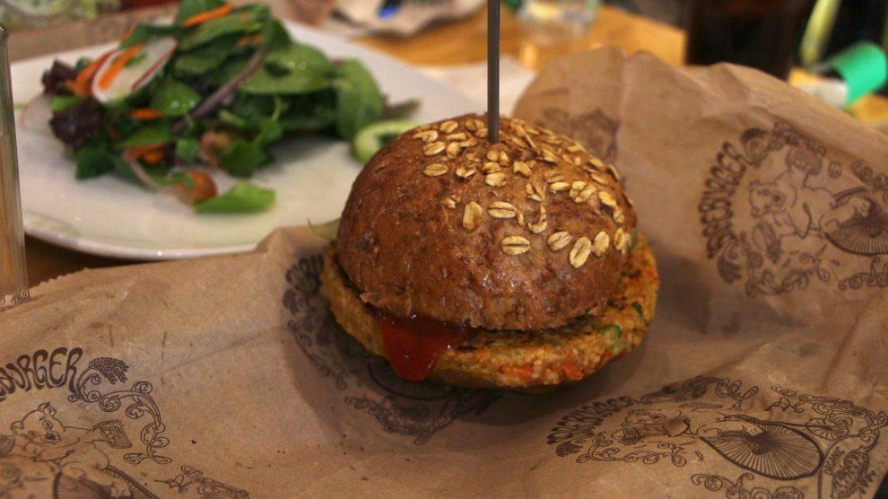 La foto di un panino con hamburger vegetale e insalata