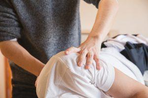 Un fisioterapista tratta un paziente alla spalla