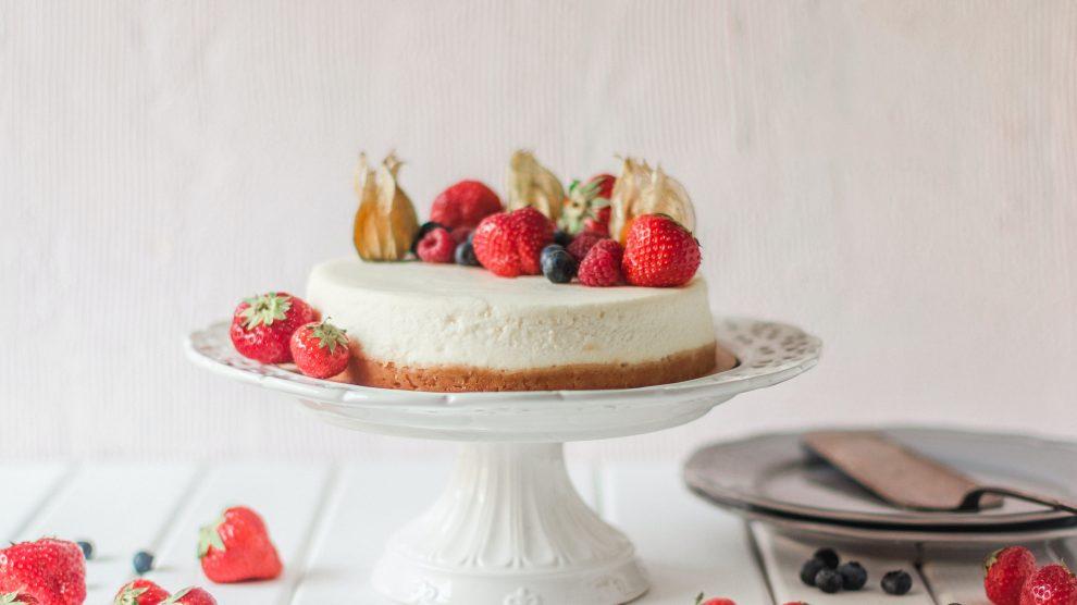 Una cheeskecake ai frutti di bosco