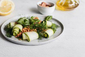 Un piatto con all'interno zucchine