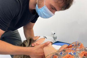 Il fisioterapista Cristiano Zanini tratta una paziente